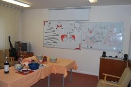 Miestnosť s našimi umeleckými výtvormi v pozadí